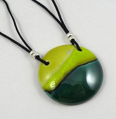 pendentif médaillon rond vert sapin jaune collier en céramique