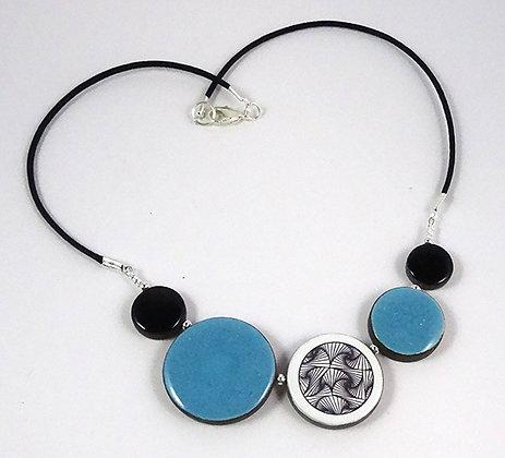 collier femme bleu noir blanc motifs style Vasarely céramique