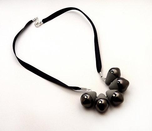 collier de créateur contemporain gris et métal argenté