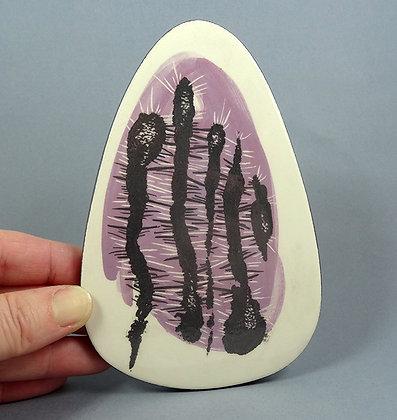 petit carreau ceramique illustré peint mauve noir blanc