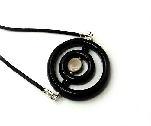 collier avec perles anneaux noires et grise en céramique