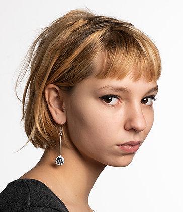 boucle d'oreille longue carreaux noir blanc femme blonde bijou graphisme