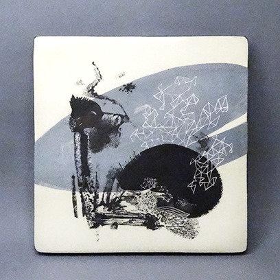 Sous-plat carré en céramique illustration originale bleu noir blanc