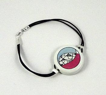 bracelet rond blanc dessin bleu et rose en céramique de créateur