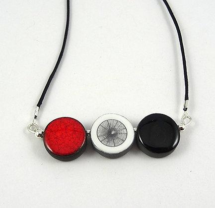 collier graphique coloré rouge noir blanc motif toile d'araignée fine