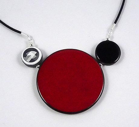 gros collier rond rouge dessins noir blanc urbain graphique céramique