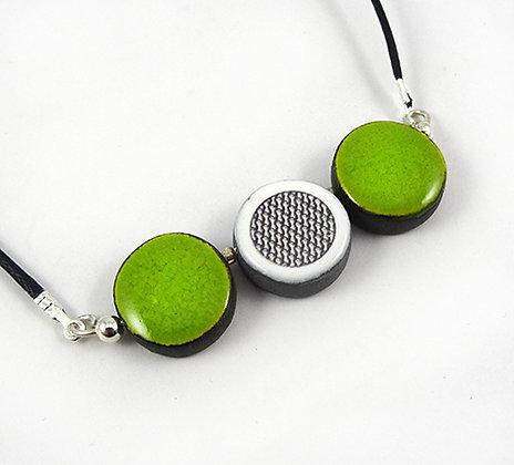petit collier perles rondes vert pomme dessin graphique noir et blanc