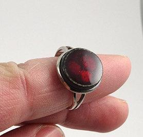 petite bague ronde rouge bijou en céramique pour enfant