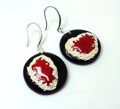 grandes boucles d'oreilles rondes noir rouge blanc matière style coquillages