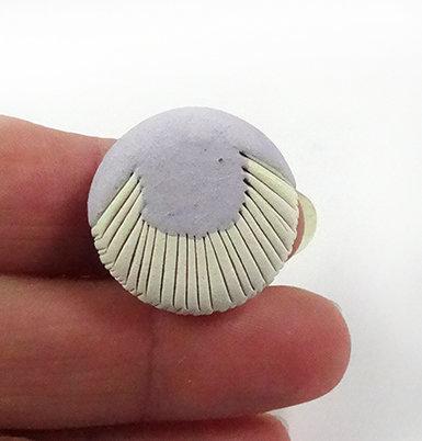 petite bague ronde bleu mauve pastel clair rayures blanches céramique