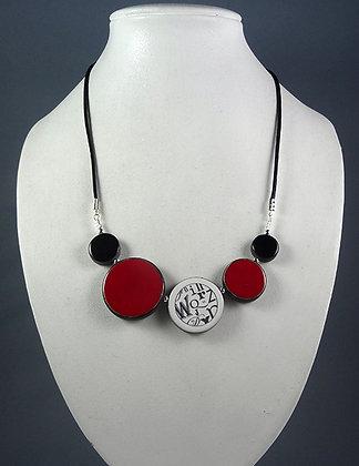 collier chic rouge pour femme dessin graphique typo contemporaine