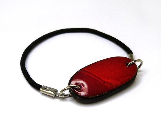bracelet ovale rouge vif en céramique sur élastique noir