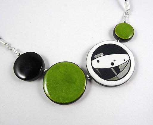 collier graphique et urbain vert motif géométrique noir et blanc