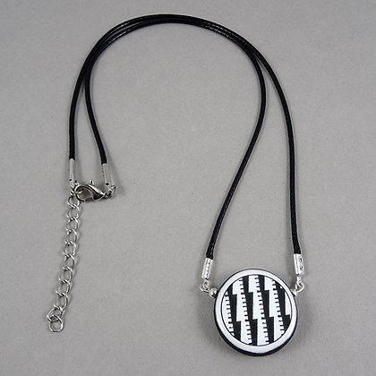 collier graphique et contemporain noir et blanc motifs géométriques