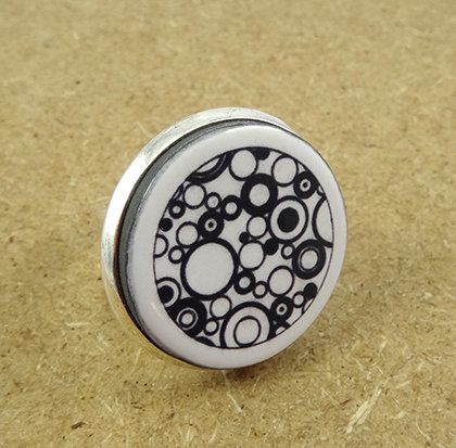 grosse bague ronde graphique motifs dessins noir blanc ronds