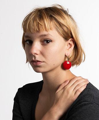 jeune femme avec grosses boucle d'oreilles rouge rond chic