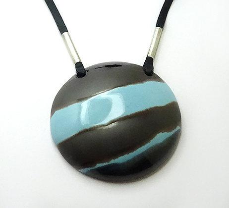 collier gros médaillon rond rayures bleu ciel argent gris noir