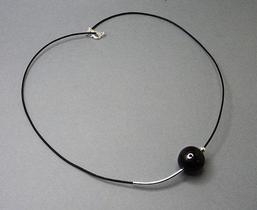 petit collier tour de cou avec perle noire et argent