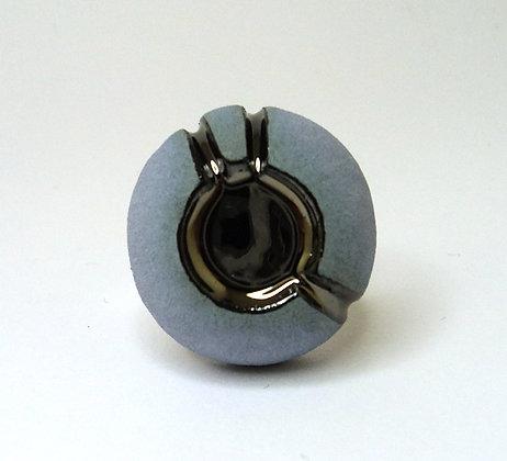 bague ronde contemporaine en céramique bleu et argent foncé