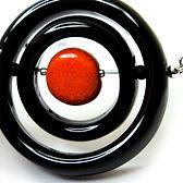 collier en ceramique noir anneaux perles de designer francais
