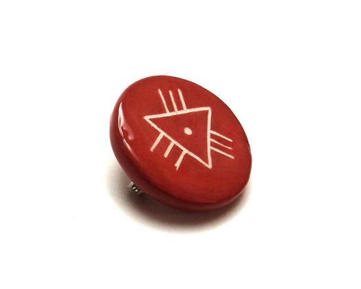 petite broche ronde rouge avec dessin triangle