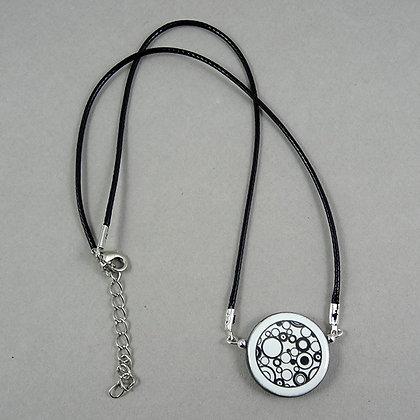 collier pendentif rond noir et blanc motifs graphiques bulles