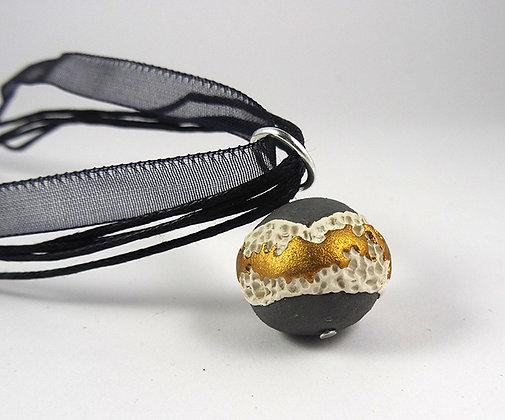 collier pendentif planète gris blanc doré matière minérale coquillage