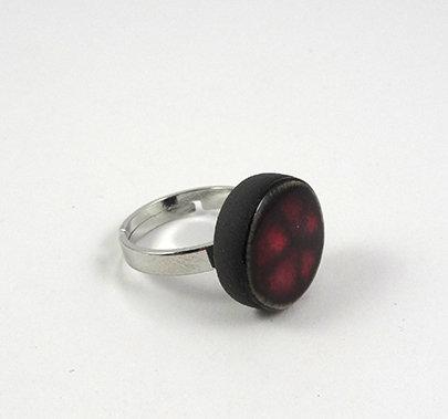 petite bague ronde bordeaux à pois rouge anneau argenté réglable