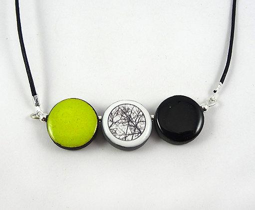 collier pendentif rond vert citron dessin noir blanc branches d'arbres