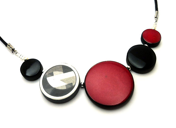 collier rouge noir motif trophée de la série Insoupçonnable de TF1