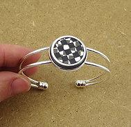 Bracelet jonc blanc avec damier noir blanc sur métal argenté réglable