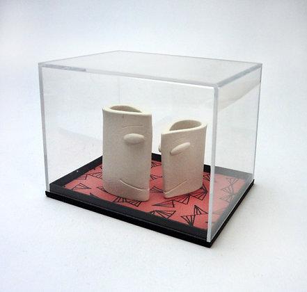 boîte vitrine avec sculptures duo personnages en forme de tête blanche cadeau saint-valentin