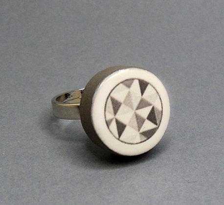 petite bague ronde à motifs géométriques noir et blanc