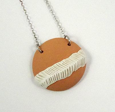 pendentif collier médaillon rond orange pastel et blanc en céramique