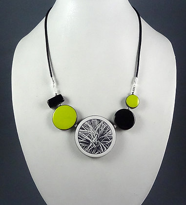 collier chic contemporain graphique vert jaune noir motifs herbes