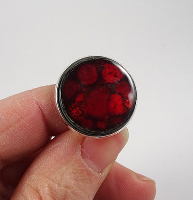 grande bague ronde rouge poid bordeaux en céramique coloré pour femme