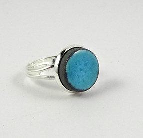 petite bague ronde bleu turquoise clair céramique sertie sur anneau argent