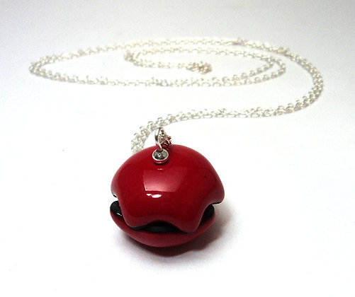 Collier avec petit pendentif coquillage rouge en céramique