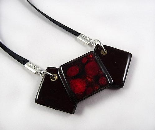 petit collier losange rouge bordeau lie de vin en céramique brillante