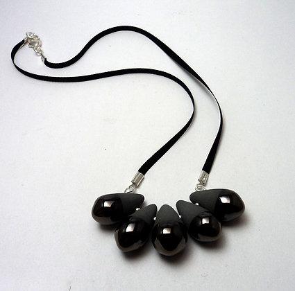 collier contemporain en céramique gris mat et émail argenté brillant