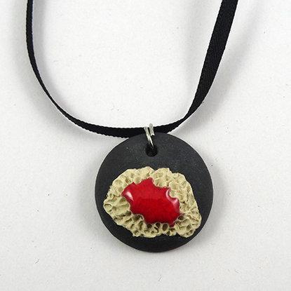 petit pendentif original rond gris rouge blanc en céramique