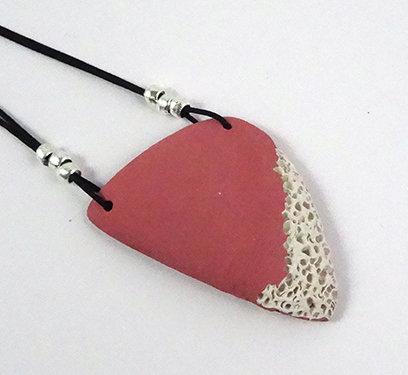 collier forme géométrique triangle rouge pastel mat en céramique