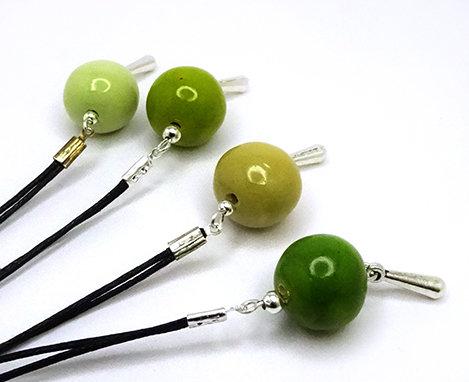 colliers ronds vert billes et pampilles argentées