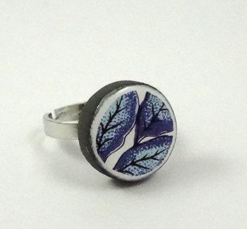 petite bague ronde avec dessin de feuilles bleu et turquoise en faïence