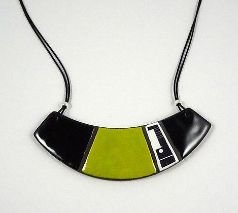collier plastron vert noir blanc graphique ovale motifs bahaus