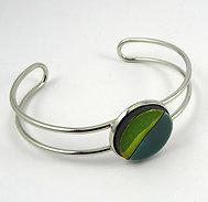 Petit bracelet vert en céramique sur jonc métal argenté réglable