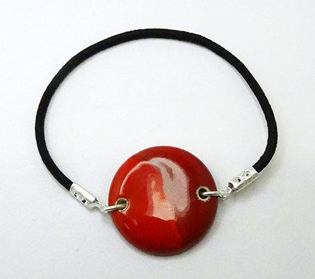 bracelet rond rouge brillant en céramique et élastique noir
