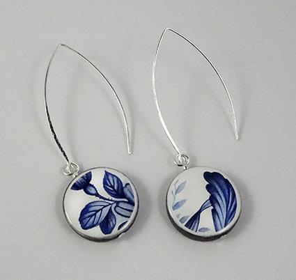 boucles d'oreilles bleu design vintage feuillages sur perle ronde en céramique