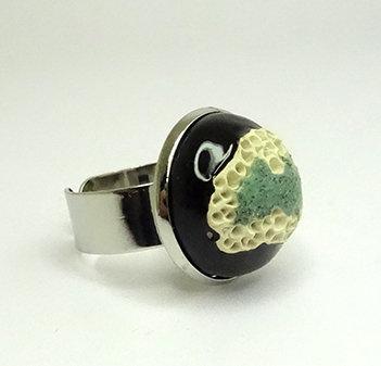 petite bague ronde noir vert blanc en céramique émaillée