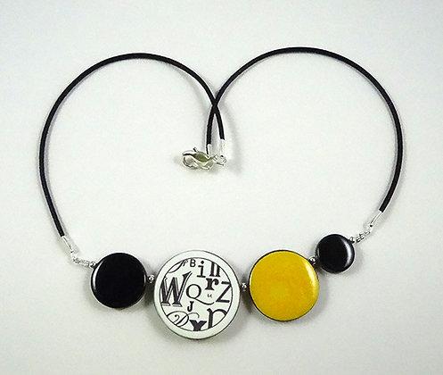 collier graphique urbain coloré jaune noir blanc motifs typo